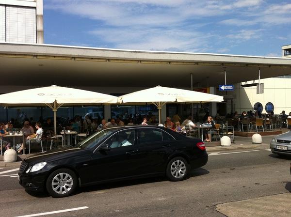 Wiener Flughafen Rampe - eng und zugepflastert mit Schanigarten.