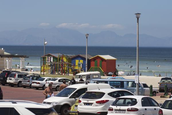 Muizenberg Beach bei Kapstadt, mit den farbigen Badehäuschen