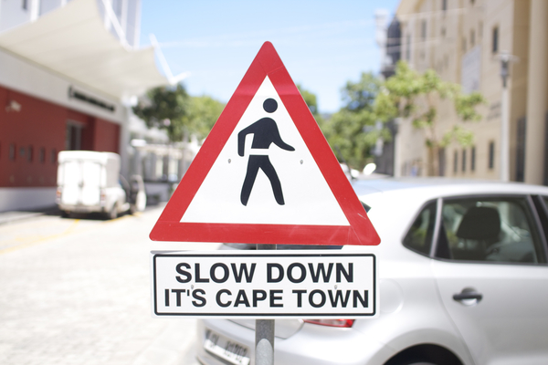 Slow Down - It's Capetown - Strassenschild in Kapstadt