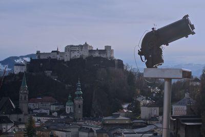 Blick auf die Burg Hohensalzberg mit dem Fernrohr