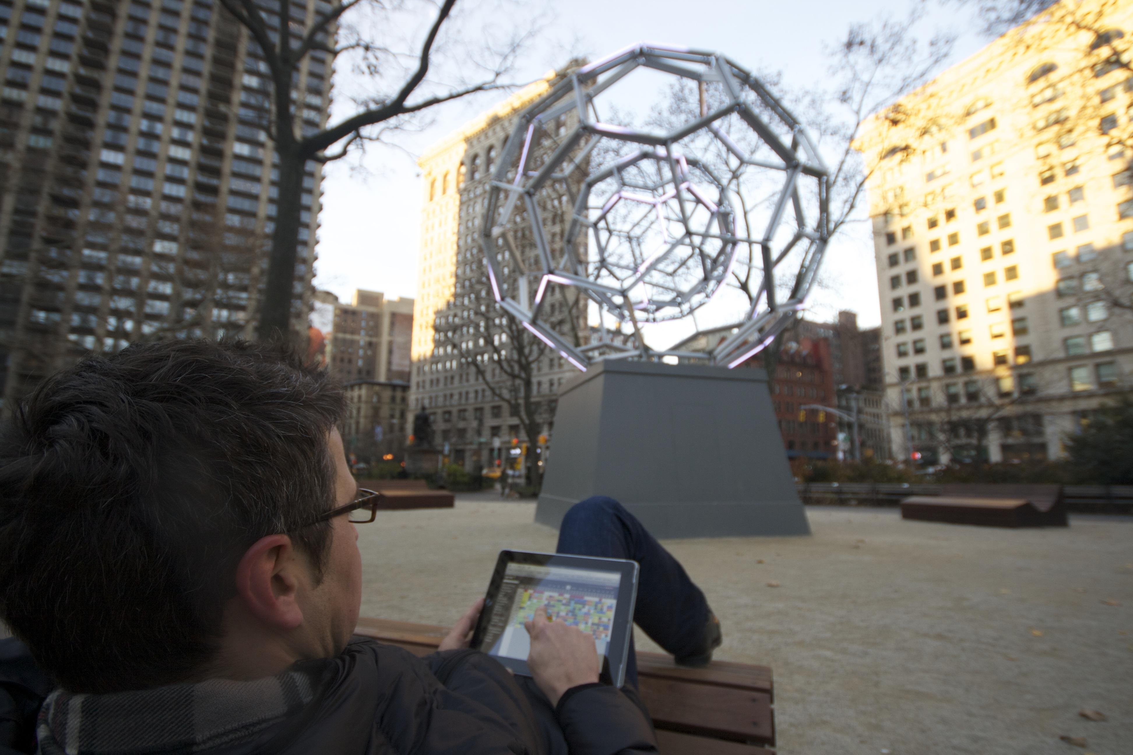 Im Madison Square Park, das Flatiron Building im Hintergrund, in einem der Lounge Chairs einen Blick auf den #online #Belegungsplan  in der #Hotelsoftware werfen. #NYC