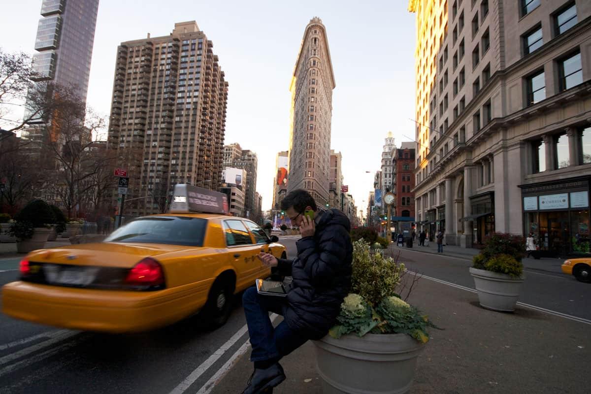 Am Madison Square Park beim Flatiron Building - schnell mal einen Anruf entgegen nehmen und für eine Buchung zu Neujahr ein Angebot verschicken. Peak Preise, versteht sich! NYC online Hotelsoftware