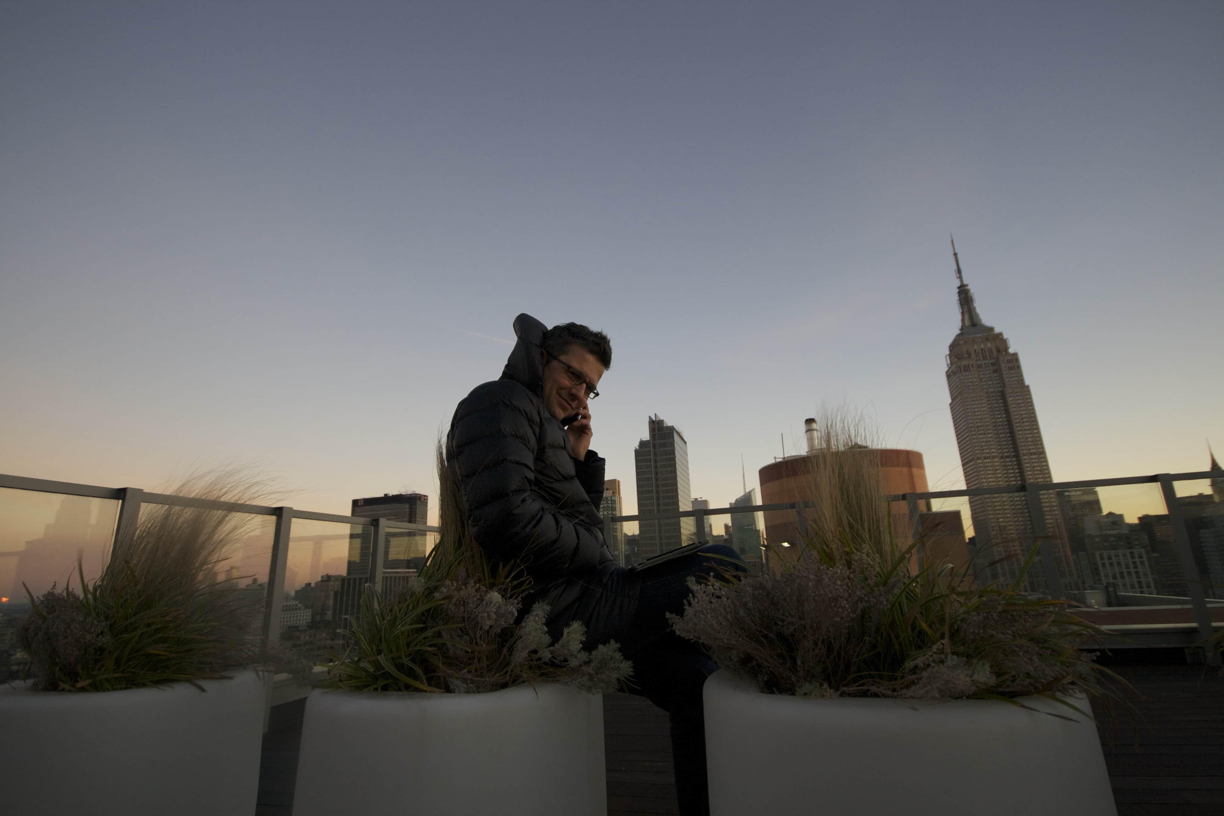 Manhattan Midtown Roof-Topping. Schnell noch einen Blick auf die Rechnungsliste in der online Hotelsoftware. NYC