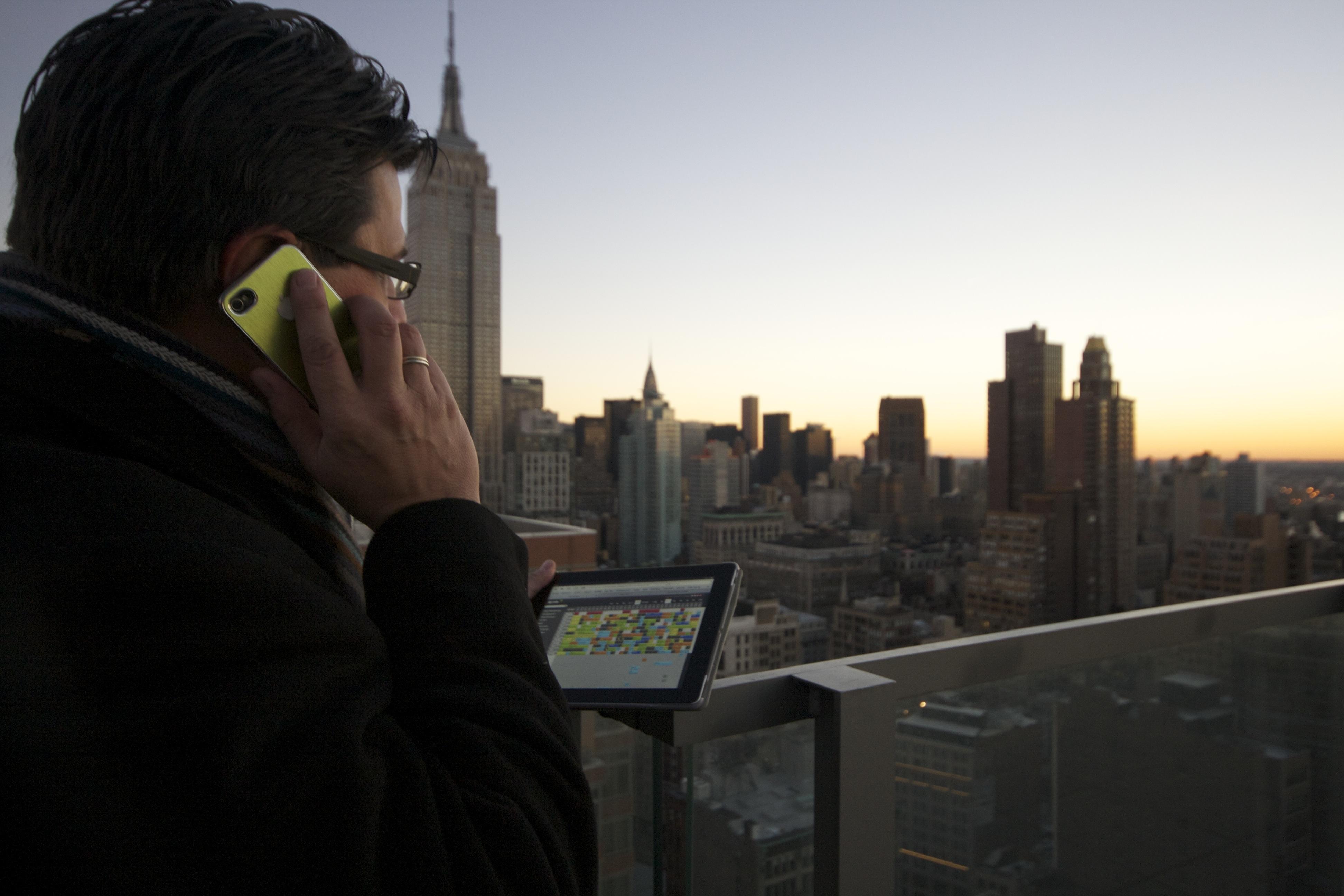 Ein kurzes Telefonat und einen Blick auf den online Belegungsplan in Midtown Manhattan, mit dem Blick auf das Empire State Buildung und dem Chrysler. #NYC
