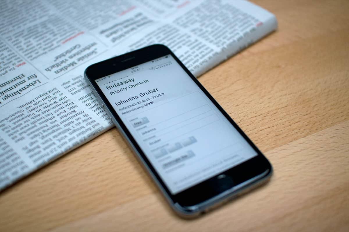 Der Gast kann vorab die Daten für das Gästeblatt /Meldeschein am Smartphone selbst ausfüllen. Damit beschläunigt sich der Hotel/ Ferienwohnung Check-In